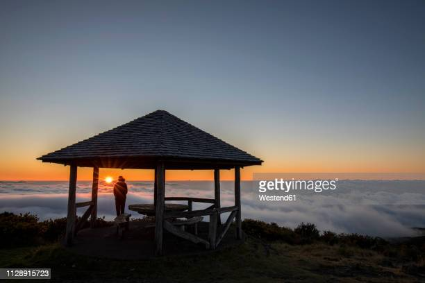 reunion, reunion national park, maido viewpoint, view from volcano maido, picnic place to sea of clouds and sunset - isla reunion fotografías e imágenes de stock