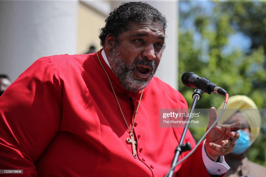 WASHINGTON, DC - JUNE 14: Rev. Dr. William J. Barber II alongsi : News Photo