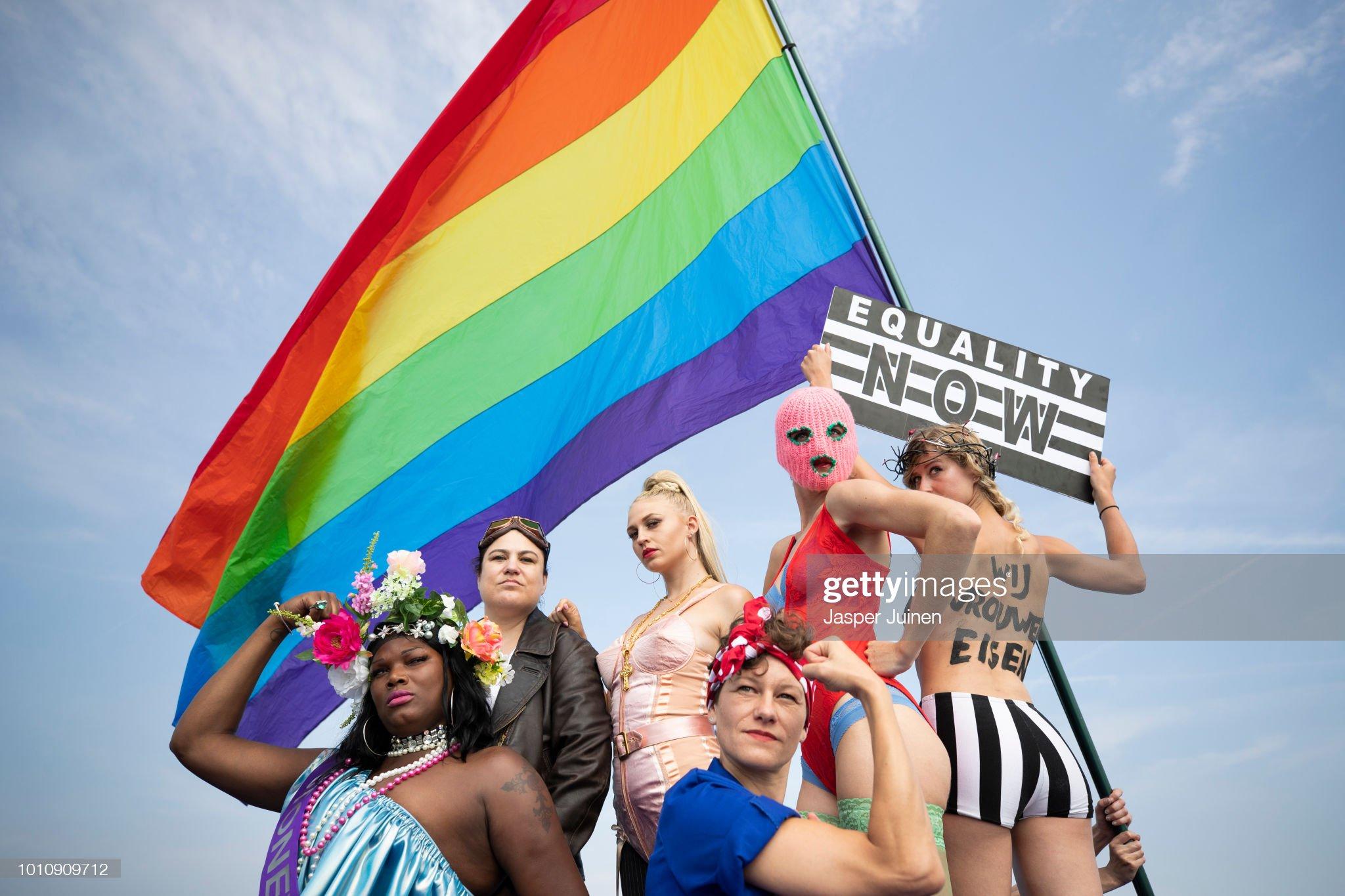 Annual Gay Pride Canal Parade Held In Amsterdam : Fotografía de noticias
