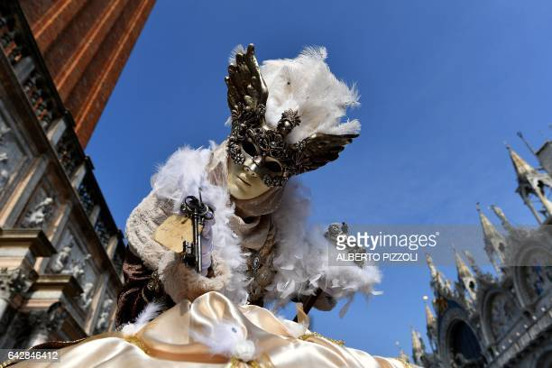 TOPSHOT Revellers dressed in masks and period costumes take part in the Venice Carnival on February 19 2017 in Venice / AFP / Alberto PIZZOLI
