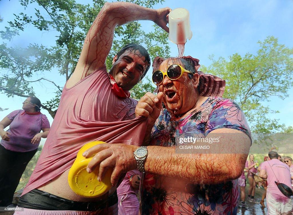 SPAIN-TRADITION-TOURISM-FESTIVAL-BATTLE-WINE : News Photo