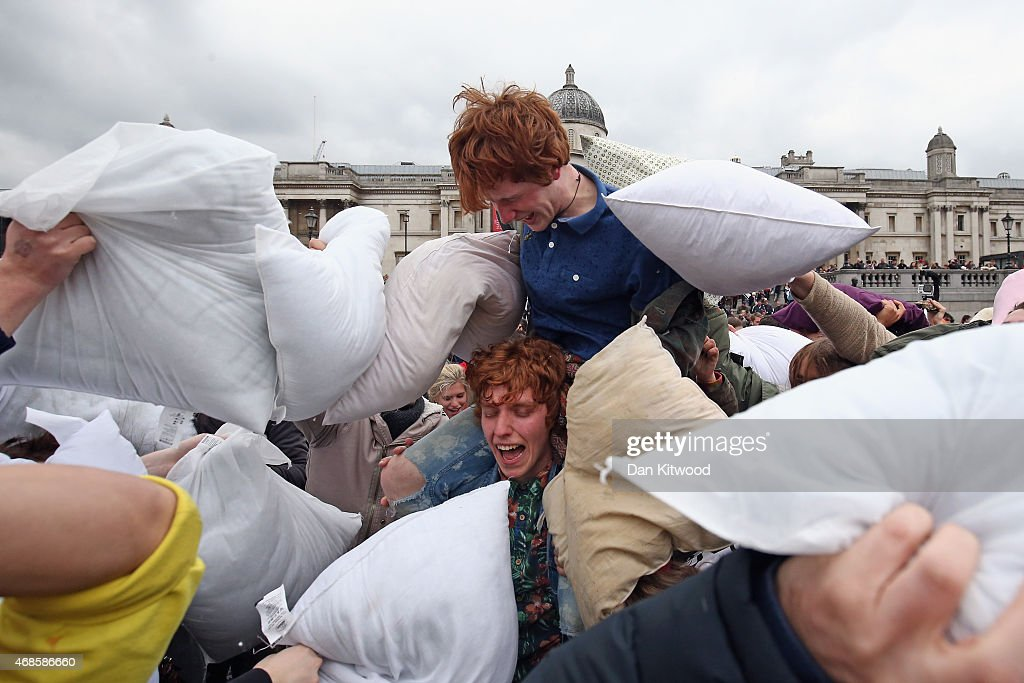 Londoners Participate In World Pillow Fight Day In Trafalgar Square : ニュース写真
