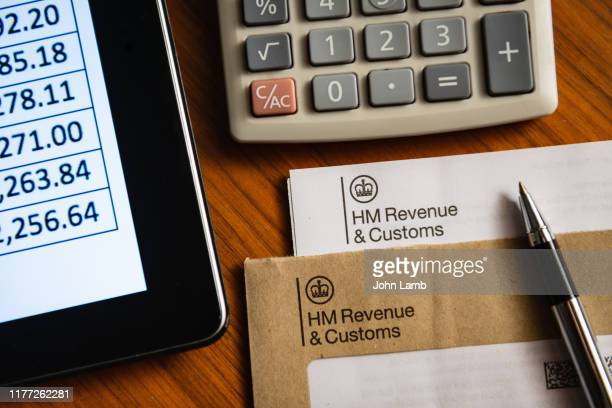 """hm revenue"" letter on desk with digital tablet computer - ricchi e poveri foto e immagini stock"