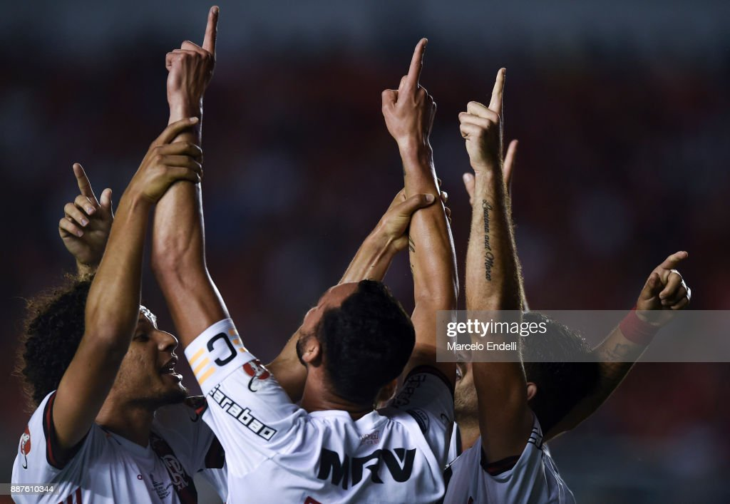 Rever of Flamengo celebrates with teammates after scoring the first goal of his team during the first leg of the Copa Sudamericana 2017 final between Independiente and Flamengo at Estadio Libertadores de America on December 6, 2017 in Avellaneda, Argentina.