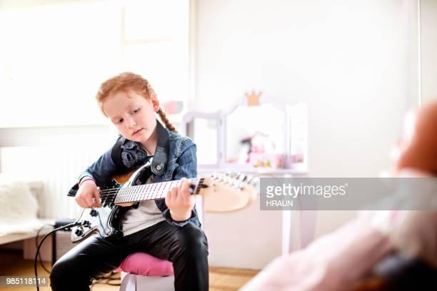 役割を逆にします。ギターを弾くガール - ガールズバンド ストックフォトと画像