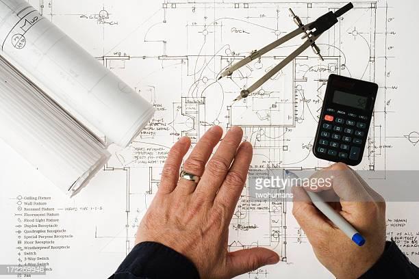 Examinant un plan d'architecte