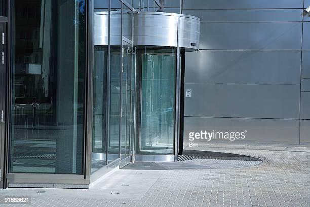 Puerta giratoria, entrada al moderno edificio de oficinas