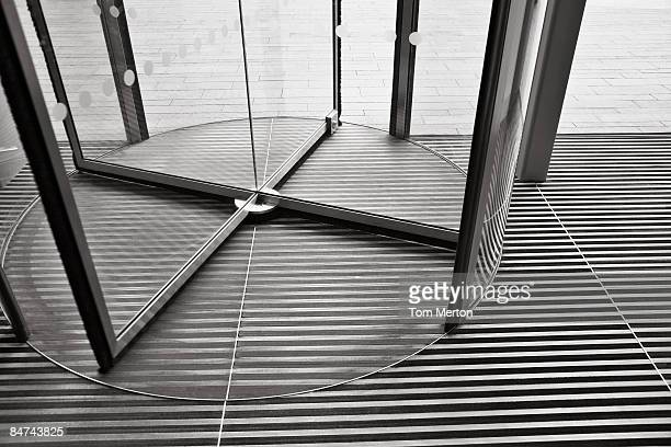 revolving door - spinning stockfoto's en -beelden