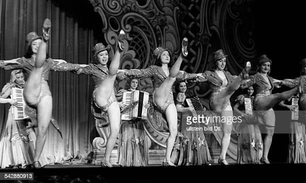 Revue - Girls des `Gloria-Express` beimCan-CanAuftritt im Wintergarten in Berlin- Dezember 1943