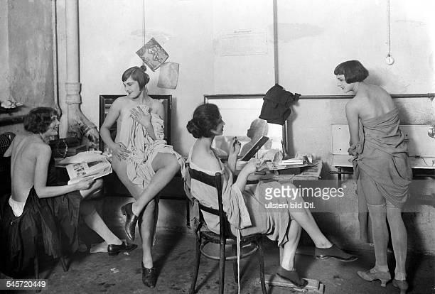 Revue girls Revue girls of the Grosses Schauspielhaus Theater, Berlin, getting dressed up - 1925 - Photographer: Zander & Labisch - Vintage property...