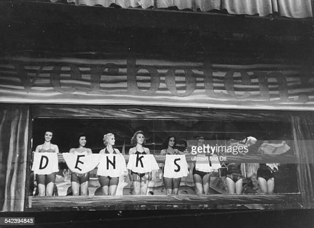 RevueGirls beim Entkleiden auf der Bühne1943