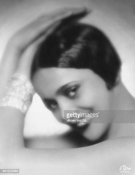 Revuetänzerin Folies Wagram FPortraitstudie mit Bubikopf undArmbanderschienen Dame 20/1928Foto d'Ora