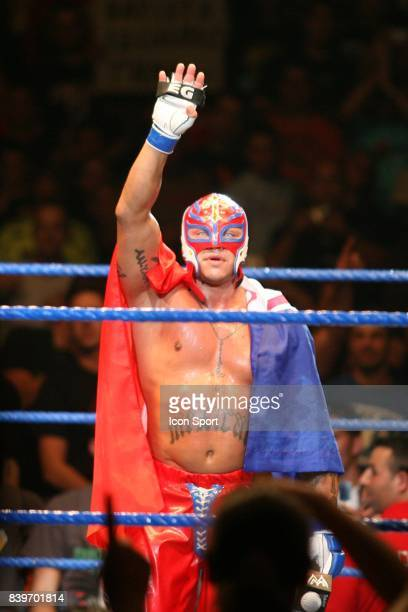Rey MYSTERIO rendant hommag a Eddy GUERRERO WWE Smackdown Live Tour 2007