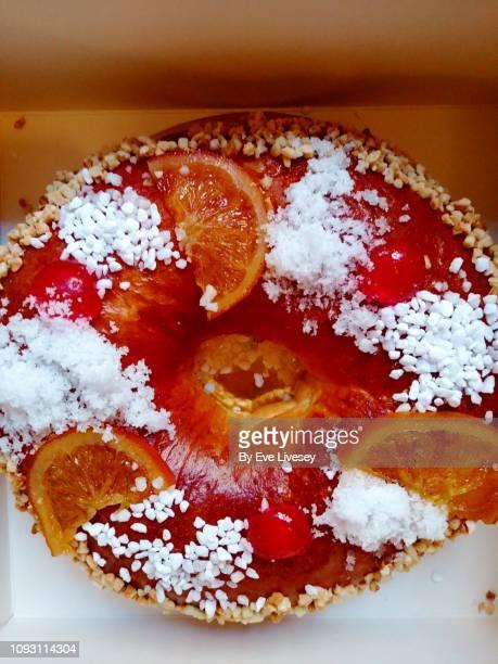 reyes roscon cake - galette des rois photos et images de collection