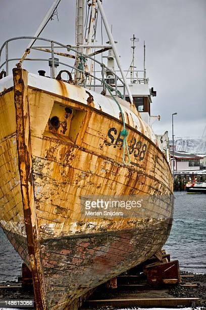 reykjavik harbour boat repair. - merten snijders stockfoto's en -beelden