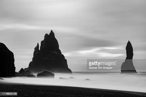 reynisdrangar reynisfjara iceland - gunnar örn árnason stock pictures, royalty-free photos & images