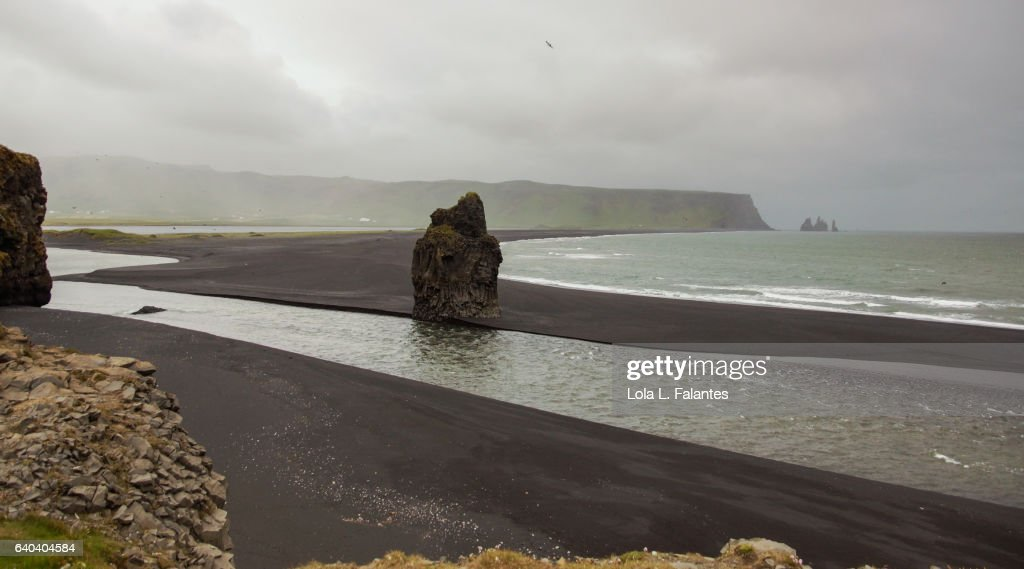Reynisfjara black beach and rocks : Foto de stock