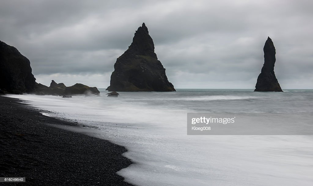 Reynisfjara Black Sand Beachwit Rocks : Foto de stock
