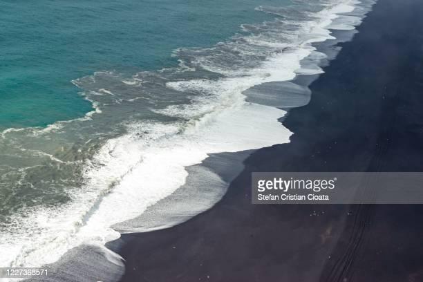 reynisfjara lava beach view, south iceland - cristian neri foto e immagini stock