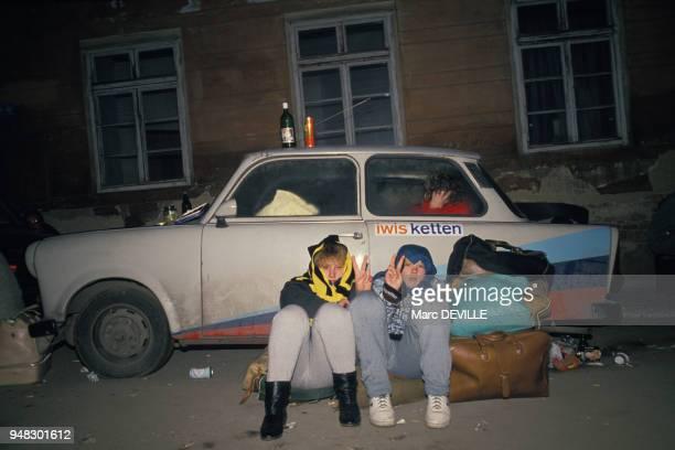 Réfugiés de l'Allemagne de l'Est dormant à côté de leur voiture Trabant en novembre 1989 à Prague République Tchèque
