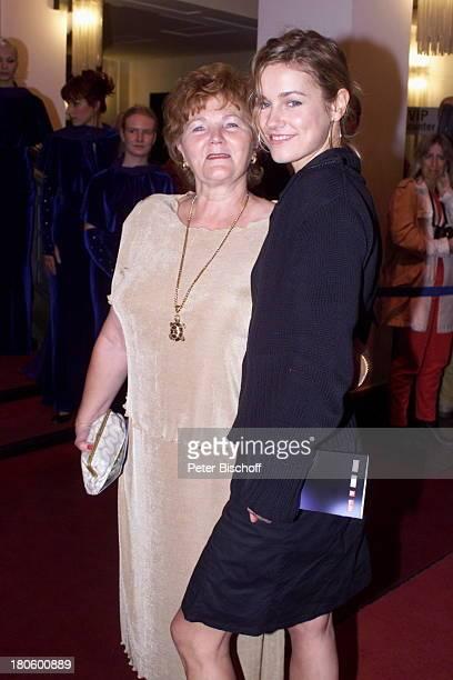 Rhea Harder mit Mutter bei der Preisverleihung der Goldene Henne 2001 im Berliner Friedrichstadt Palast Berlin