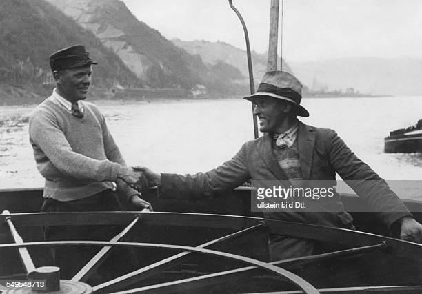 Rheinschifffahrt Lotse kommt auf ein Schiff auf dem Rhein