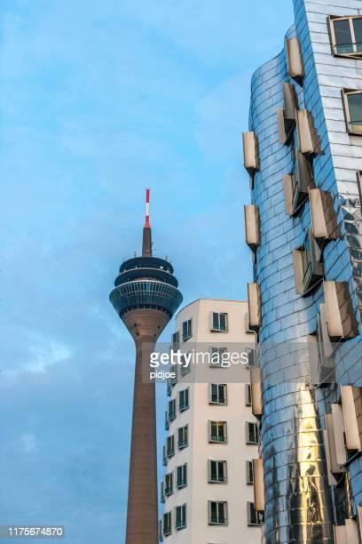 rheinturmturm und bürogebäude im media harbor düsseldorf deutschland - medienhafen stock-fotos und bilder