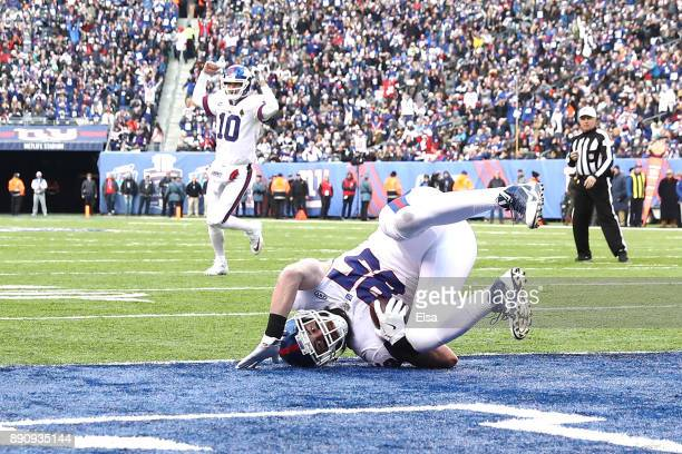 Rhett Ellison of the New York Giants catches a touchdown pass against the Dallas Cowboys during the second quarter in the game at MetLife Stadium on...
