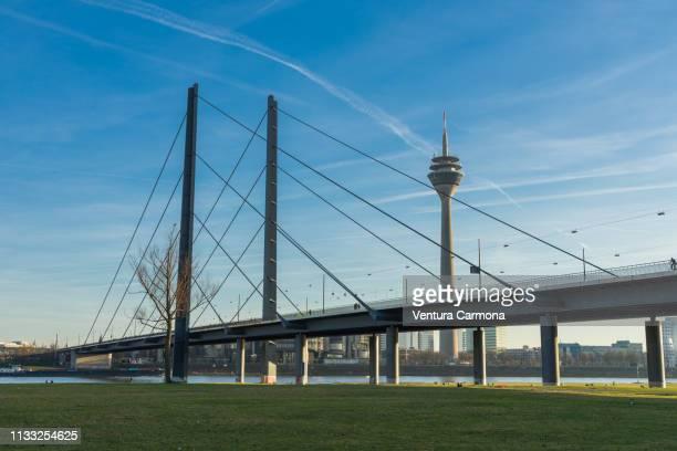 rhine river bank in düsseldorf, germany - stadtsilhouette stockfoto's en -beelden