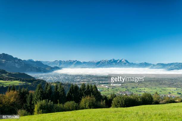 いくつかの霧、スイスの山々 とライン渓谷 - フォアアールベルク州 ストックフォトと画像