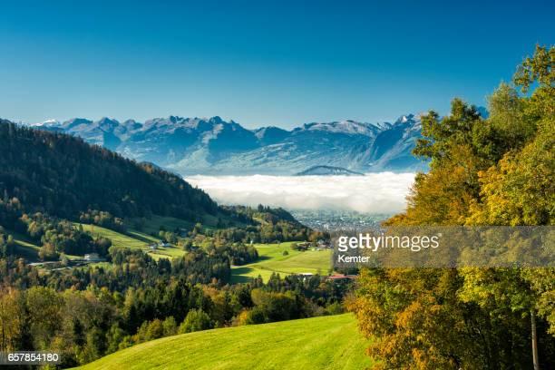 rheintal mit nebel und schweizer berge - vorarlberg stock-fotos und bilder