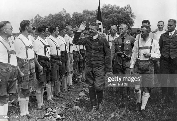 Röhm schreitet die Front einer SA Einheit in Süddeutschland während derUniformverbotszeit ab Hinter RöhmViktor Lutzeca 1930