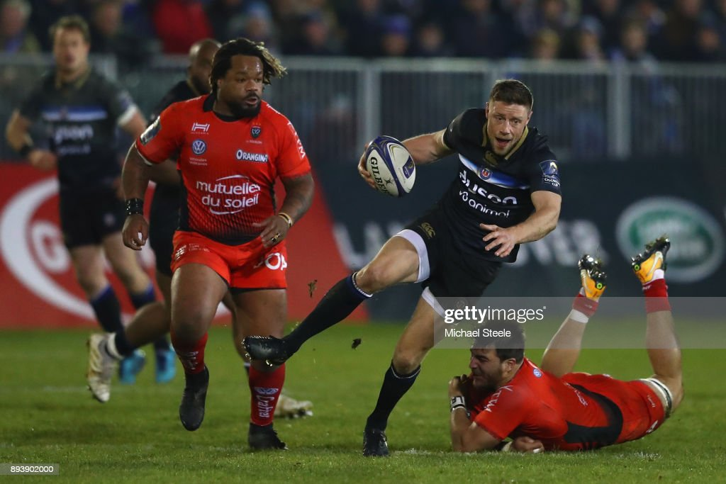 Rhys Priestland of Bath cuts between Isa Facundo (R) and Bastareaud Mathieu (R) of Toulon during the European Rugby Champions Cup match between Bath Rugby and RC Toulon at Recreation Ground on December 16, 2017 in Bath, England.