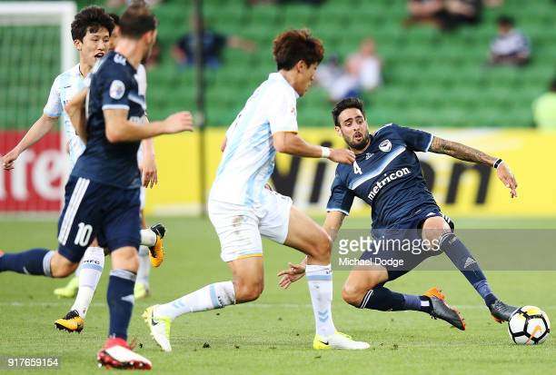 Rhys Williams of the Victory competes for the ball during the AFC Asian Champions League match between the Melbourne Victory and Ulsan Hyundai FC at...