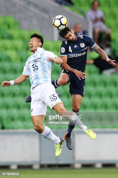 Rhys Williams of the Victory heads the ball over Yohei Toyoda of Ulsan Hyundai during the AFC Asian Champions Leagu between the Melbourne Victory and...