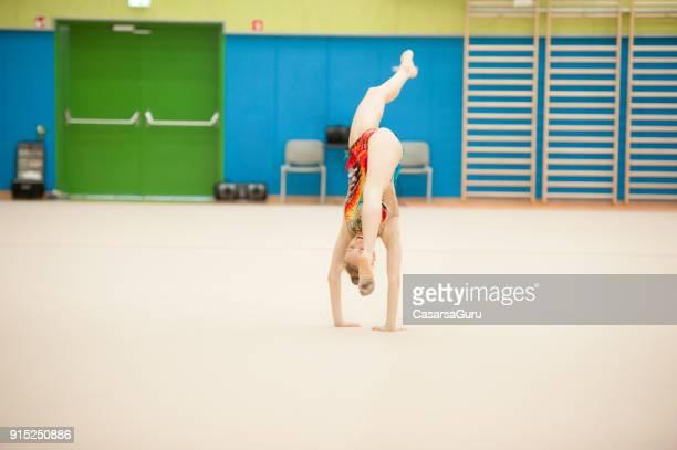 athlète de la gymnastique rythmique attraper un club avec des jambes - gymnastique au sol photos et images de collection