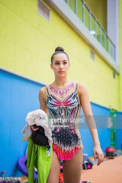 athlète rythmique de gymnastique dans le gymnastique - gymnastique au sol photos et images de collection