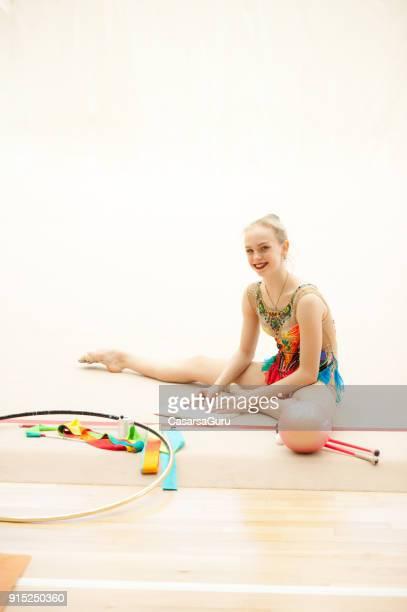 Ritmische gymnastiek atleet het maken van notities tijdens de Training