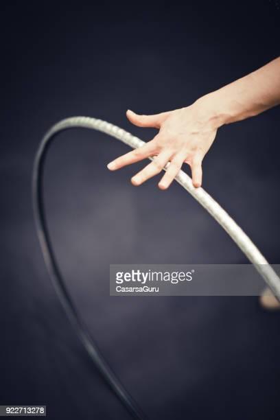 rhythmische sportgymnastik sportlers hand auf kunststoff hoop - rhythmic gymnastics stock-fotos und bilder