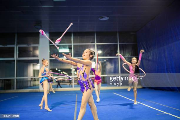 rhythmische sportgymnastik gruppen üben gemeinsam - rhythmic gymnastics stock-fotos und bilder
