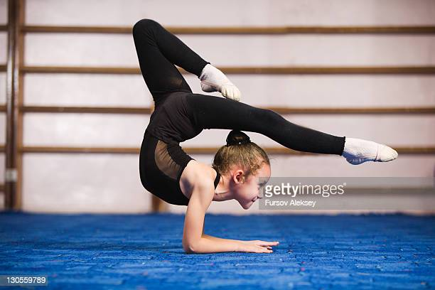 rhythmic gymnastics - gymnastique sportive photos et images de collection