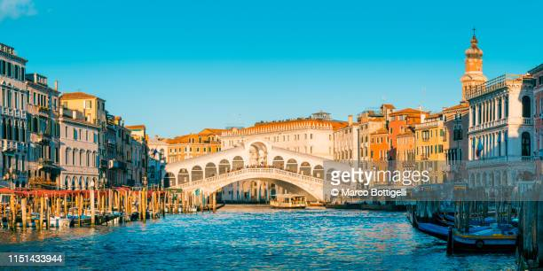 rialto bridge and canal grande, venice. - venice italy stock pictures, royalty-free photos & images