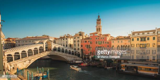 rialto bridge and grand canal, venice, italy. high angle view. - venezia foto e immagini stock