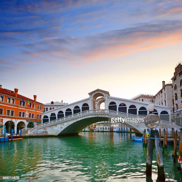 rialto bridge at sunrise, venice - venezia foto e immagini stock