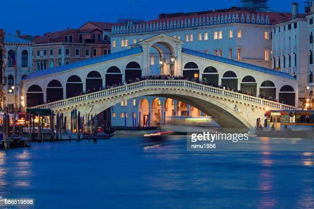 rialto bridge during blue hour at dusk - luogo d'interesse stock pictures, royalty-free photos & images