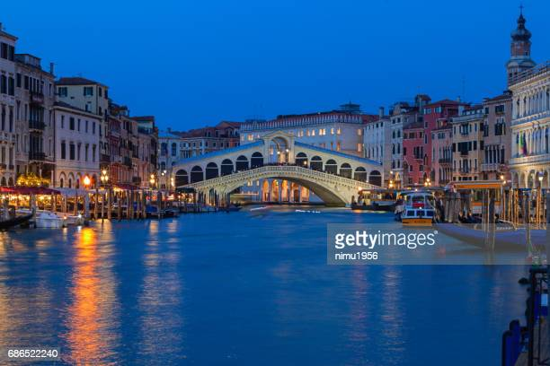 rialto bridge during blue hour at dusk - inverno stock pictures, royalty-free photos & images