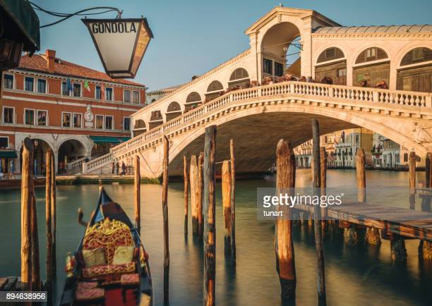 rialto bridge, venice, italy - gondola traditional boat stock pictures, royalty-free photos & images