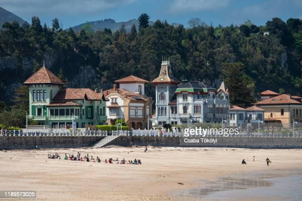 ribadesella beach, asturias, spain - principado de asturias fotografías e imágenes de stock