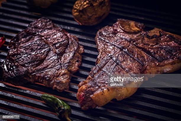 Faux-filet et t-bone Steak sur BBQ Grill