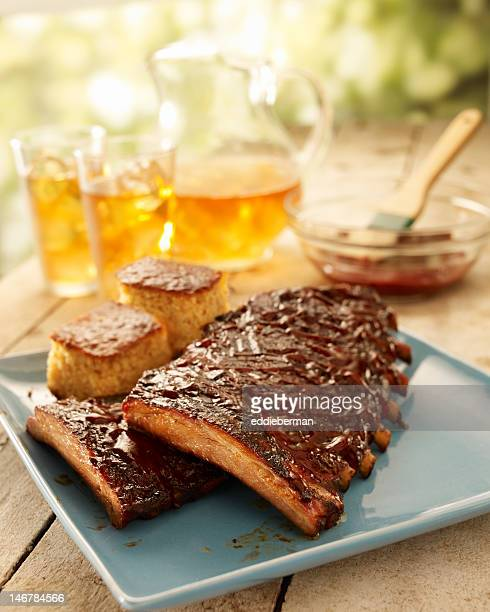 costillas con salsa de barbacoa en una bandeja de - barbeque sauce fotografías e imágenes de stock